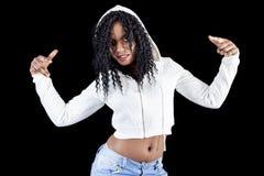 Ung afrikansk amerikanflicka i den vita hoodien Fotografering för Bildbyråer