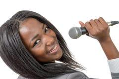 Ung afrikansk amerikanjournalist med en mikrofon Fotografering för Bildbyråer