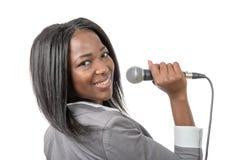 Ung afrikansk amerikanjournalist med en mikrofon Royaltyfri Foto