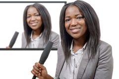 Ung afrikansk amerikanjournalist med en mikrofon Royaltyfri Bild