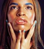 Ung afrikansk amerikankvinna med idérikt smink som ethiopian smycken Fotografering för Bildbyråer