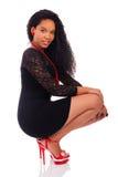 Ung afrikansk amerikankvinna med långt hår Fotografering för Bildbyråer
