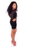 Ung afrikansk amerikankvinna med långt hår Arkivbild