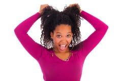 Ung afrikansk amerikankvinna med långt hår Arkivbilder