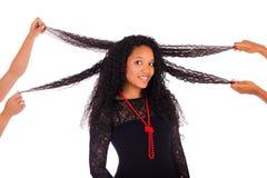 Ung afrikansk amerikankvinna med långt hår Arkivfoto