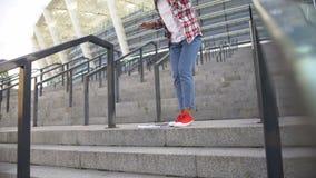 Ung afrikansk amerikankvinna som kör ner trappa, student som skynda sig till grupper stock video