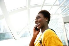 Ung afrikansk amerikankvinna som talar på mobiltelefonen på stationen royaltyfria bilder