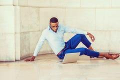 Ung afrikansk amerikanman med skägget som studerar i New York Arkivbilder