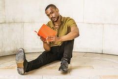 Ung afrikansk amerikanman med skägget som studerar i New York Arkivbild