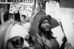 Ung afrikansk amerikanman på mars Los Angeles för ` s för 2017 kvinnor Arkivbilder