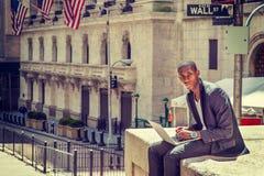 Ung afrikansk amerikanmanresande som arbetar i New York Arkivfoto
