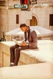 Ung afrikansk amerikanmanresande som in arbetar på Wall Street royaltyfri foto