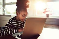Ung afrikansk flicka som hemma roar sig Royaltyfri Foto
