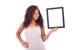 Ung afrikansk kvinna med en ram runt om hennes framsida som isoleras över a Royaltyfria Bilder