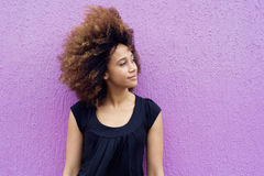 Ung afrikansk kvinna som bort tänker och ser Arkivfoto