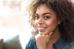 Ung afrikansk kvinna som uttrycker dreaminess royaltyfria bilder