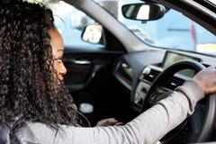 Ung afrikansk kvinnlig chaufför Arkivfoton