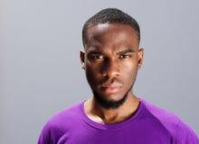 Ung afrikansk man med allvarligt uttryck på framsida arkivfoton