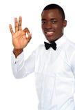 Ung afrikansk pojke som okay visar gest royaltyfri bild