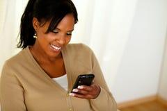 Ung afro-american kvinna som läser ett meddelande Arkivbilder