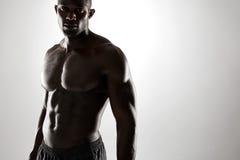 Ung afro amerikansk man med muskulös fysik royaltyfria bilder