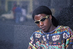 Ung afro man med solglasögon Royaltyfri Fotografi
