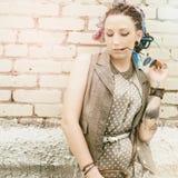 Ung aktiv flicka för stående av hipsteren utomhus Arkivfoton