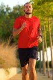 Ung aktiv man som utomhus joggar Arkivfoton