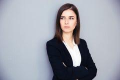 Ung allvarlig affärskvinna med vikta armar Arkivfoton