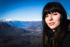 Ung alternativ modell som poserar i berg royaltyfria foton
