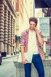 Ung amerikansk manresande som arbetar i New York Arkivfoton