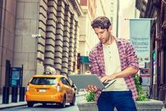 Ung amerikansk manresande som arbetar i New York Royaltyfri Bild