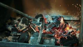 Ung anställd är rörande kol i rökareugn i kök inomhus lager videofilmer