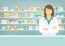 Ung apotekare för plan stil på apotek mitt emot hyllor av mediciner Arkivbilder