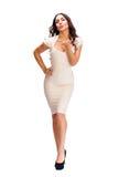 Ung arabisk kvinna i beige sexig klänning arkivbild