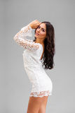 Ung arabisk kvinna i den vita sexiga klänningen royaltyfria foton