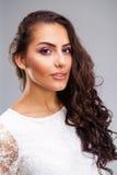 Ung arabisk kvinna i den vita sexiga klänningen fotografering för bildbyråer