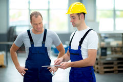 Ung arbetare två i fabrik arkivbild