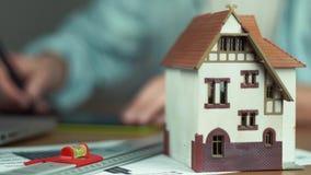 Ung arkitekt som skapar byggprojektet, modell av huset, n-tabell stock video