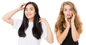 Ung asiat och caucasian kvinnor med sunt rent skinande hår som isoleras på vit bakgrund applicera genomskinlig fernissa för omsor arkivbild