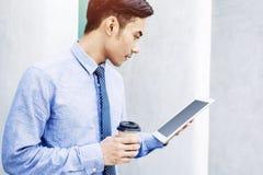 Ung asiat och modern affärsman Reading eller arbete på en siffra Arkivbild
