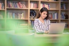 Ung asiatisk affärsentreprenör som arbetar med stor dataanalys Arkivfoton