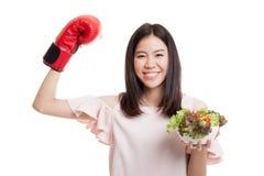 Ung asiatisk affärskvinna med boxninghandsken och sallad fotografering för bildbyråer