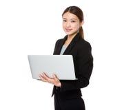 Ung asiatisk affärskvinna som använder bärbar datordatoren Royaltyfri Fotografi