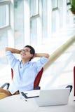 Ung asiatisk affärsman som arbetar i kontoret Royaltyfri Bild