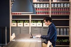 Ung asiatisk affärsman som arbetar med den digitala minnestavlan i Co-workin Royaltyfri Bild