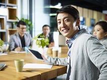 Ung asiatisk affärsman som ser kameran Royaltyfria Bilder