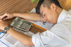 Ung asiatisk anställd att känna sig trött och frustrerat royaltyfria foton