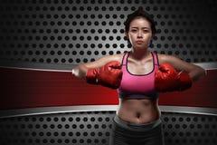 Ung asiatisk boxarekvinna med röda handskar Royaltyfria Bilder