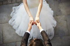 Ung asiatisk brud- och brudguminnehavhänder och dans Royaltyfria Bilder
